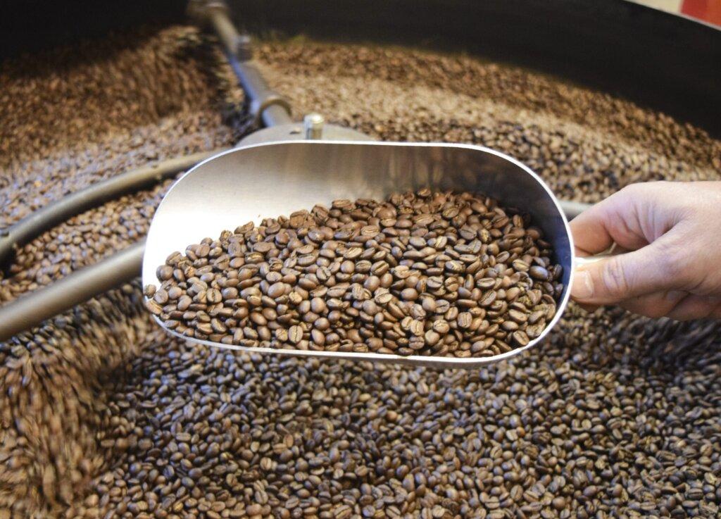 cafe coffee texture roast aroma cup 1083684 pxhere.com  scaled 1 1024x737 - Blend vs. Single-Origin